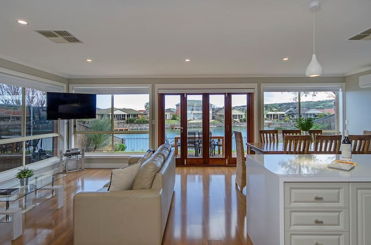 PL 16: Renovated Lake Front Style w Pontoon - Encounter Bay - House
