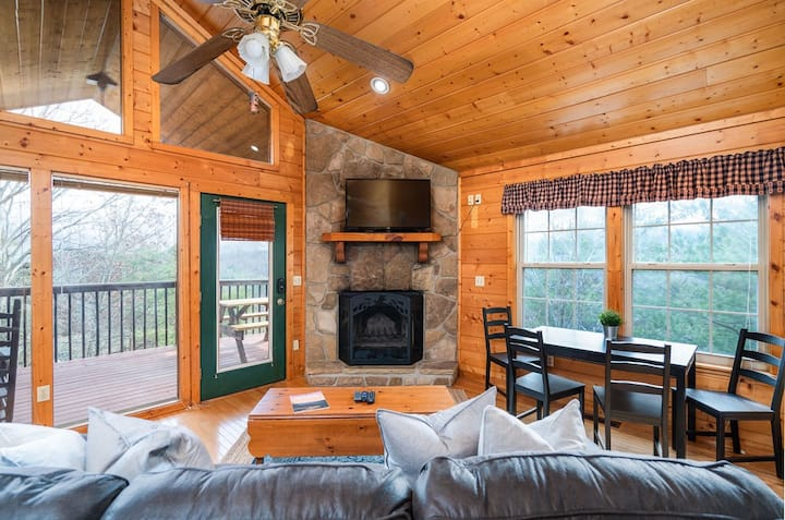 Cozy Secluded Cabin ★ Hot Tub ★ Views ★ Grill