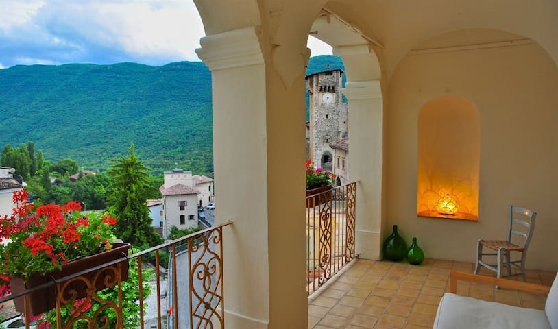 Elegant 5 bedroom palazzo in a mountain village - Fontecchio - Huis