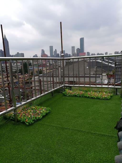 9个平方露天阳台,刚刚铺的草坪