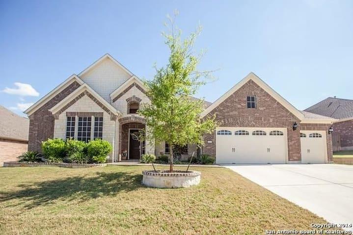Giant Luxury Home in gated community! - San Antonio - Huis