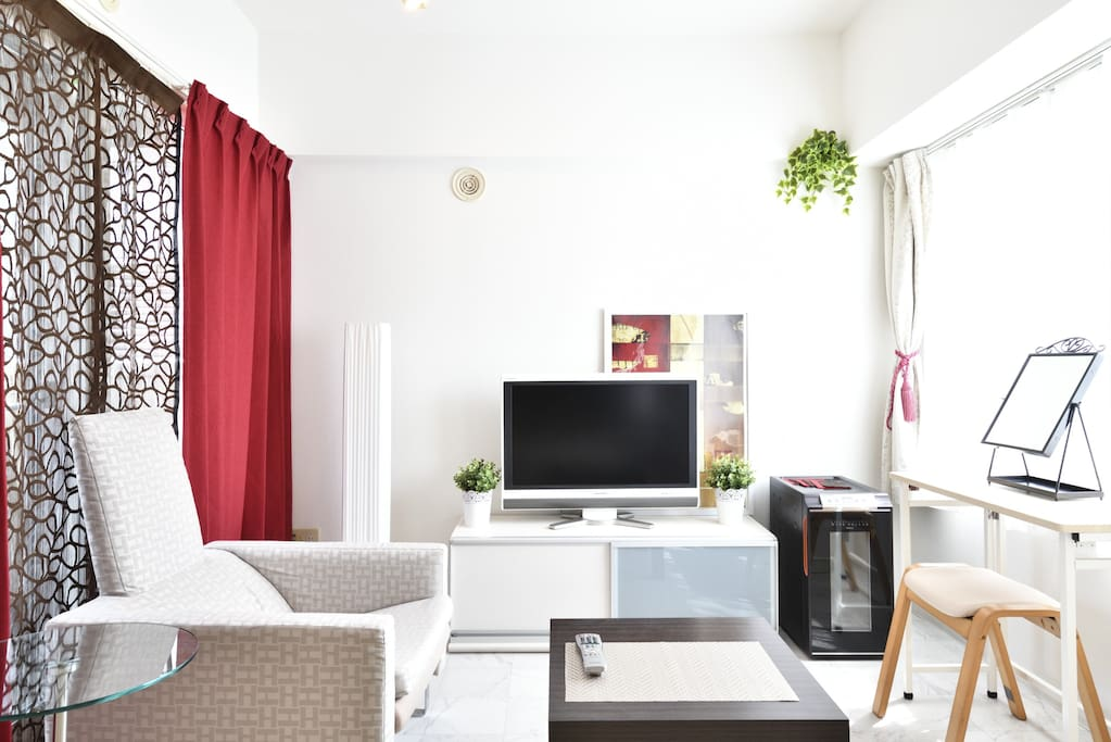 Main room with everything travellers need. 旅行に必要なものは、ほぼ全て完備☆