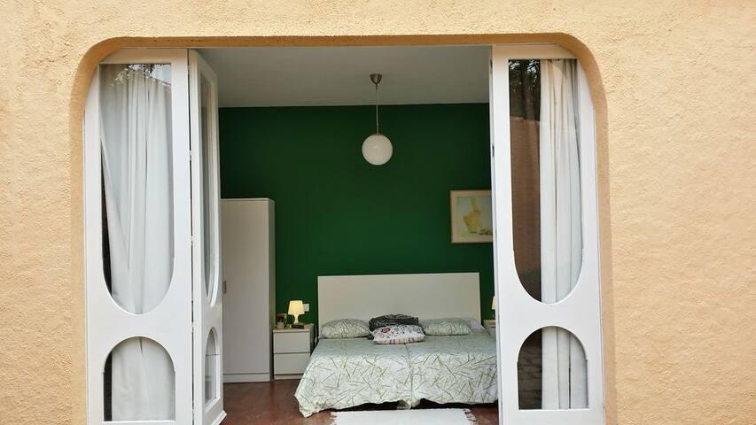 Planta baja: dormitorio con 2 camas de 90x190, salida al jardín. Rdc: chambre avec 2 lits de 90x190 et sortie au jardin. Ground floor: bedroom with 2 beds of 90x190 and exit to the garden.