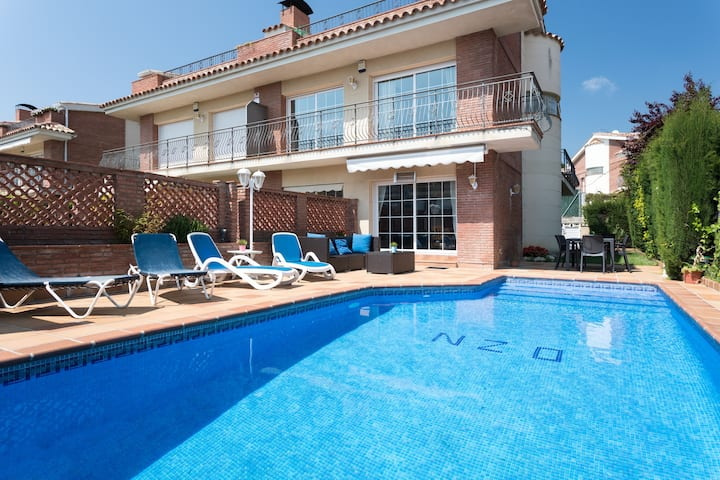 FAMILY HOUSE POOL AND BEACH location excellent BCN