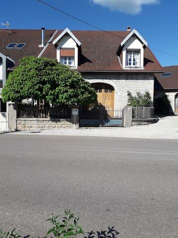 Maison en pierre et terrain paysager