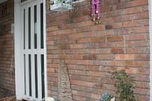 Puerta de entrada al apartamento Entrance door to the apartment