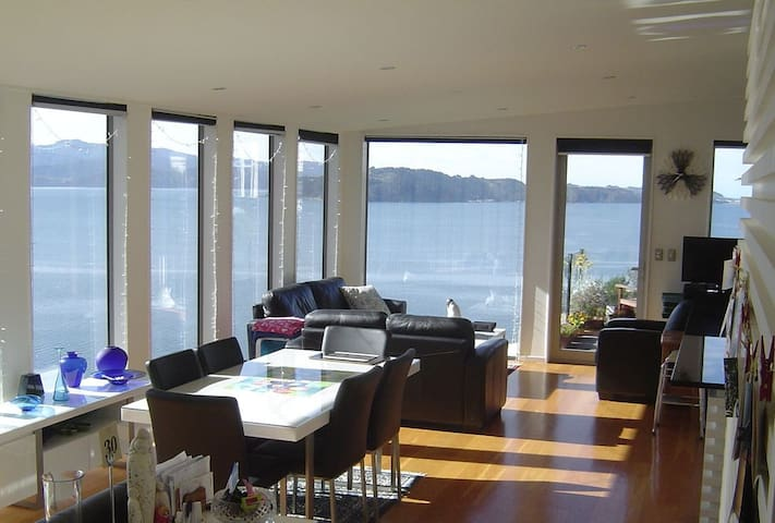 Comfortable, Convenient, Light Filled, LovetheView - Wellington - Bed & Breakfast