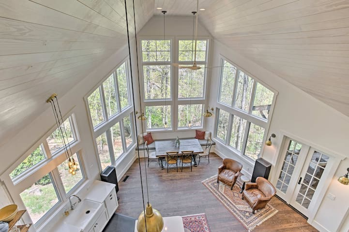 Tryon Smart Home w/ Hot Tub - 18 Mins from TIEC!