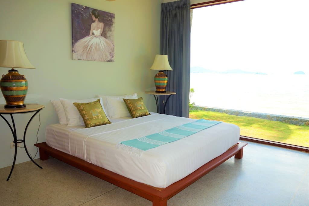 Ground-floor bedroom with beach view