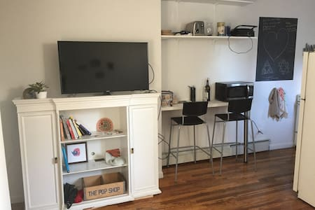 Cozy private bedroom in cool LES/ East Village - New York - Apartment