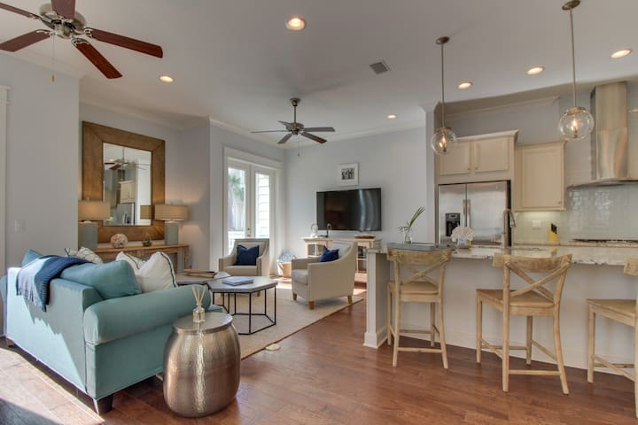 Lovely townhome w/shared pool and walking distance to The Hub!
