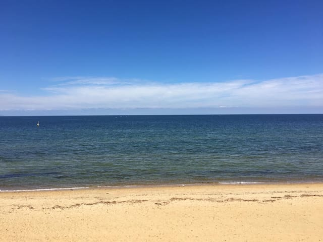 5 star beach aspect. Only 5 min walk to Mordialloc