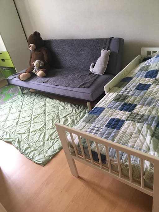 chambre lit petit enfant (jusqua 8 ANS et canapé dépliable 2 places)