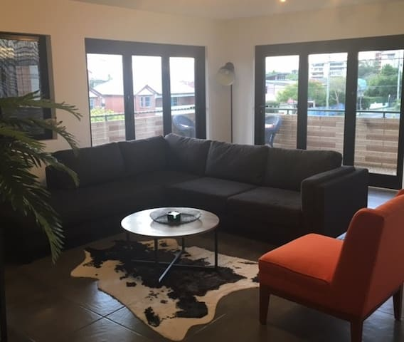 spacious unit located close to city and airport - Clayfield - Appartement