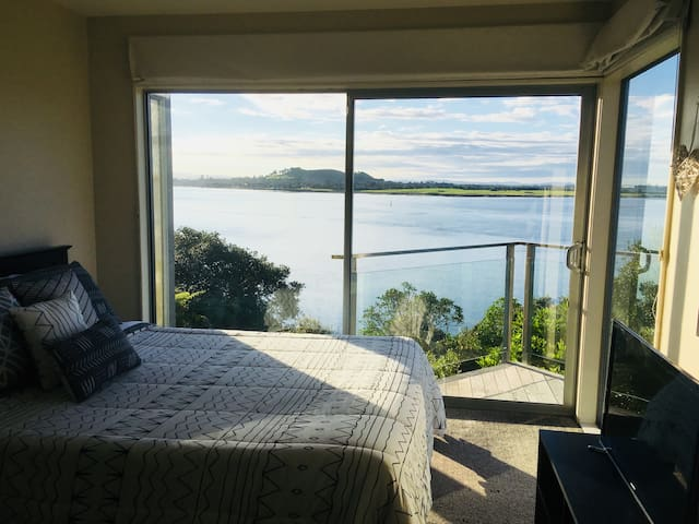 Room with amazing views! Central to city & airport