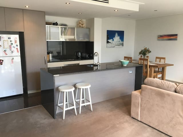 Stylish room in spacious, modern CBD apartment - Canberra - Apartmen
