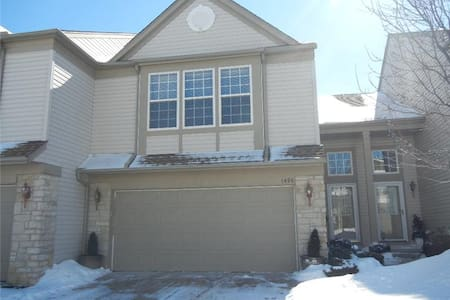 Perfect for RNC 2 Bedroom 2.5 Bath Townhouse - Broadview Heights