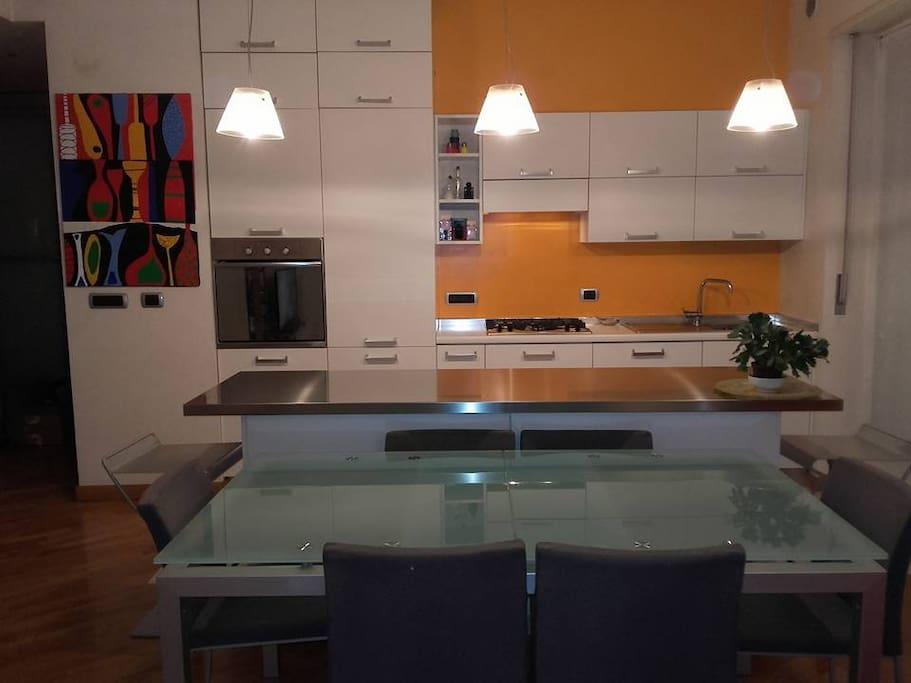 Open space.La cucina con il soggiorno.Day room and the kitchen.Κουζινα.