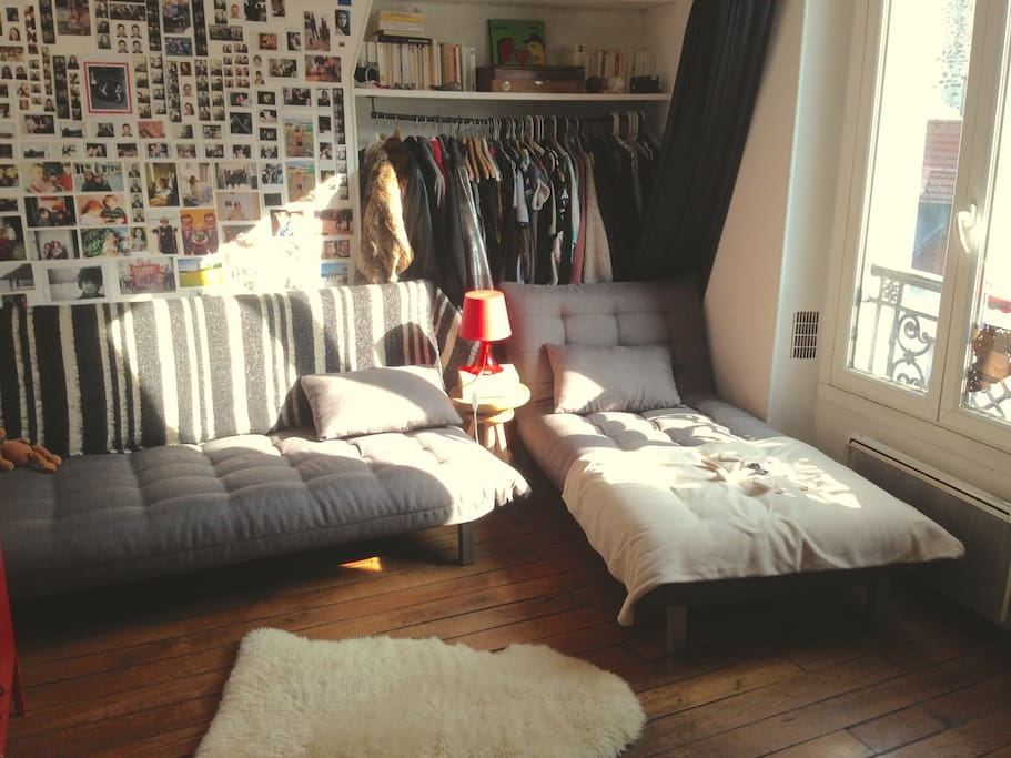 Votre chambre  15m2 Méridienne lit simple (droite), canapé lit 2 places (gauche). Parquet, vue sur la rue de Bagnolet, Télé, freeboxe, PS4 (avec jeux), bureau (grand), bibliothèques, imprimante, radio Boze (pour iPod), plaides, miroir taille humaine.
