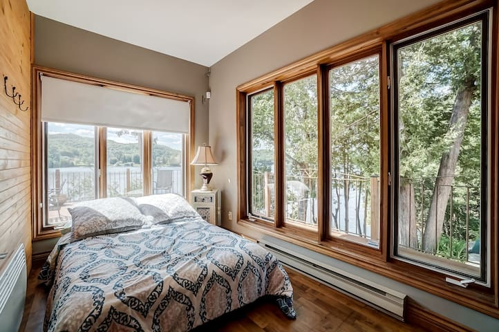 Room with lake view with 1 double bed and Apple TV