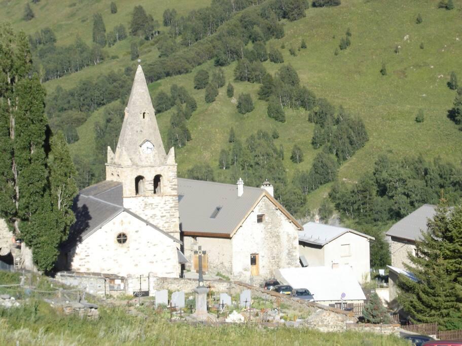 Le hameau des hières avec la maison juste devant l'église