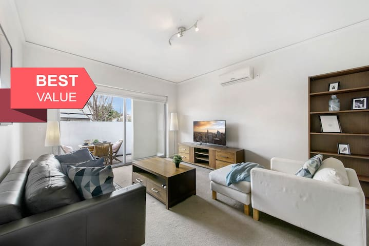 A Spacious 2BR Apt Next to Fitzroy (FREE Parking)