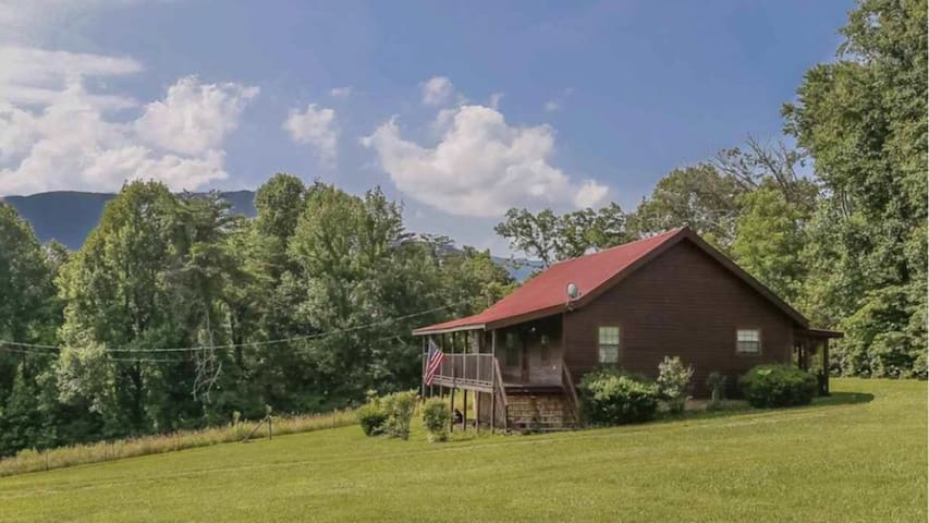 Beautiful Cabin minutes from Pigeon Forge!