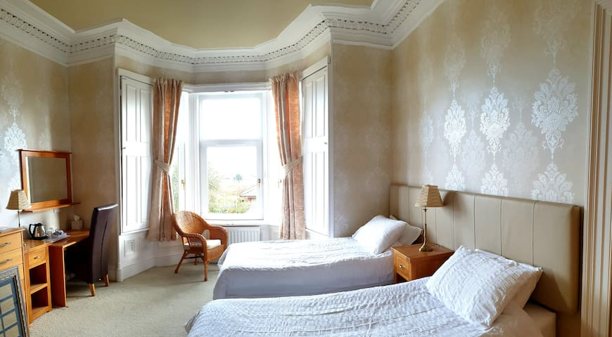 Bedroom 1.. Garden facing, upstairs ensuite bedroom. Can be made up as twin singles or a superkingsize bed.
