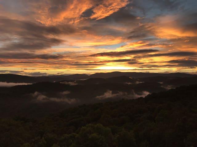 Azure Sky Log Cabin — Long Range Views!!