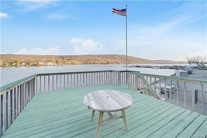 Lake Front Apartment with Deck & Kayaks