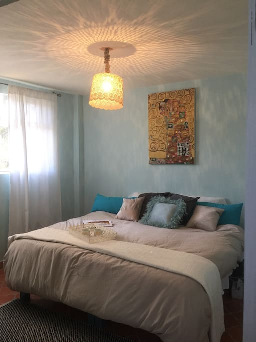 The Klimt bedroom is filled with Art and light! Instead of churchbells, firecrakers or dogs barking wake up to birds singing.
