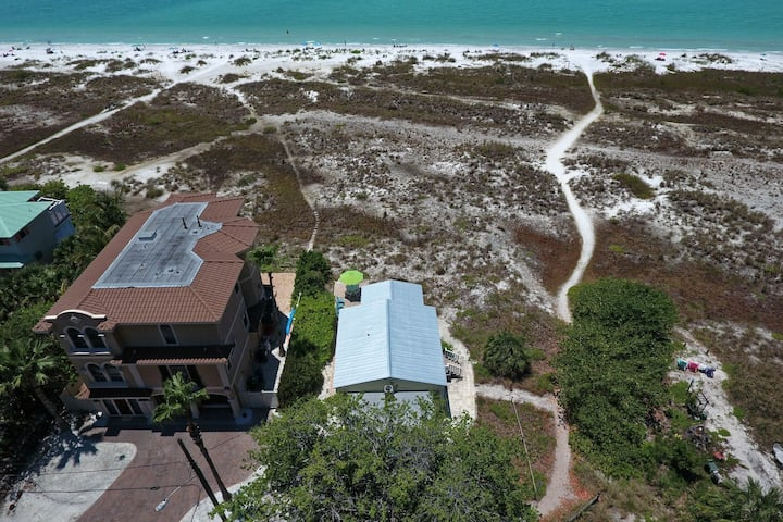 Gulf front, charming home right on the beach - stunning views & dogs welcome!
