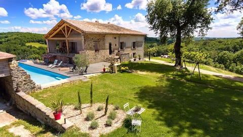 Sola nei boschi, Villa in pietra con piscina
