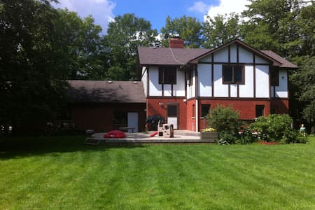 Lovely largecountry home on 2 acres - Erin