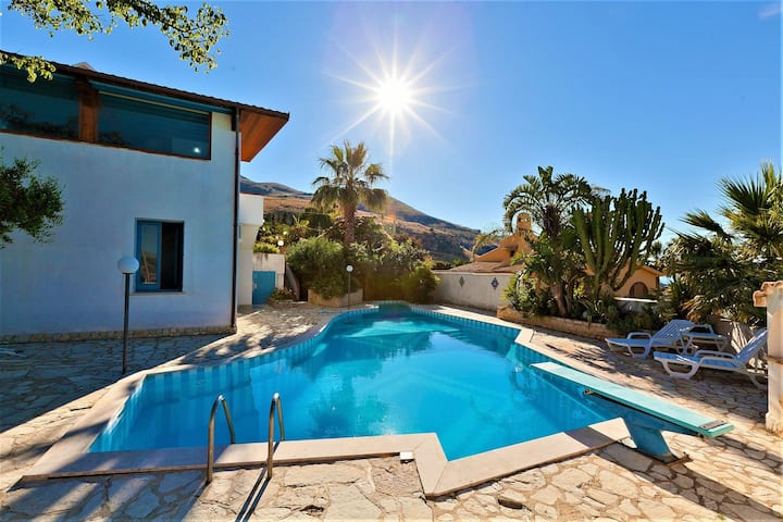 Equipped villa with private pool and panoramic sea views