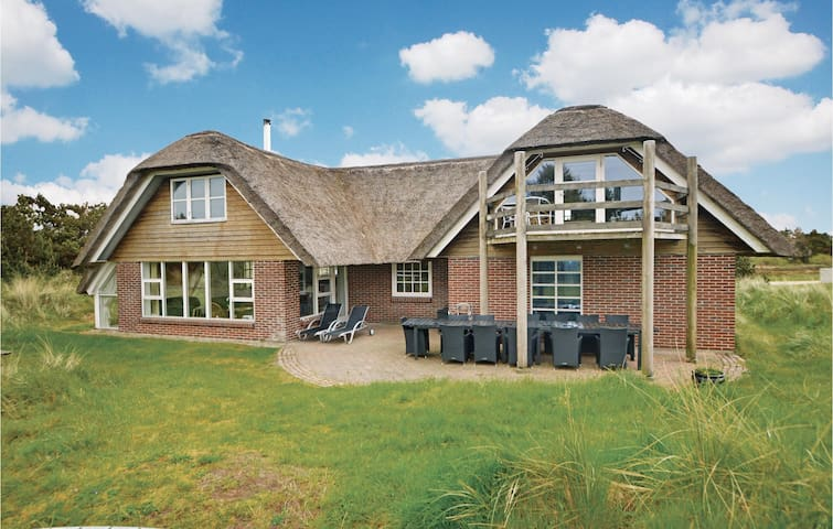 Holiday cottage with 6 bedrooms on 270 m² in Blåvand
