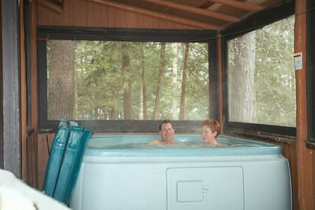 4) HOT TUB for 2 operating until June 16 =- LOOK ! - 特拉弗斯城(Traverse City) - 小木屋