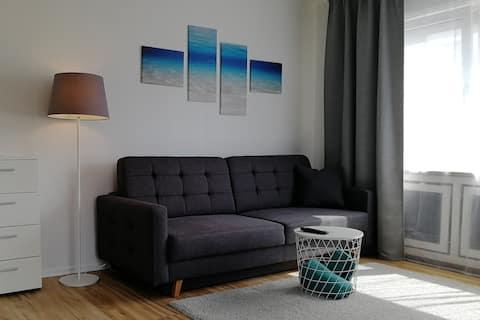 Modernes Apartment mit Balkon und Eckbadewanne