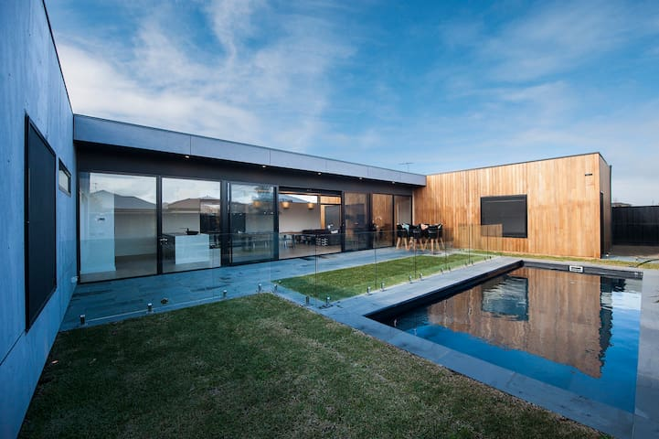 "Modern Base to explore Great Ocean Road Own ""Wing"""