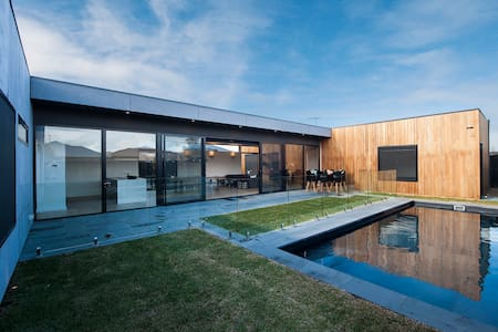 """Modern Base to explore Great Ocean Road Own """"Wing"""""""
