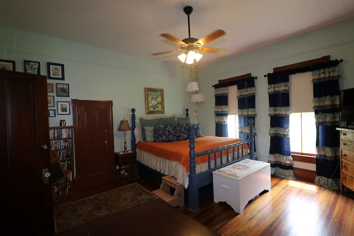 King bed guest room/Victorian Farmhouse