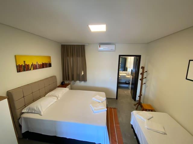 visão do quarto com cama box tamanho Queen