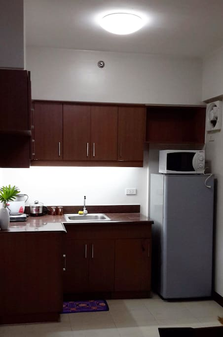 Kitchen with 2-burner stove, 7ft.Refrigerator, Microwave, Rice-cooker and complete utencils
