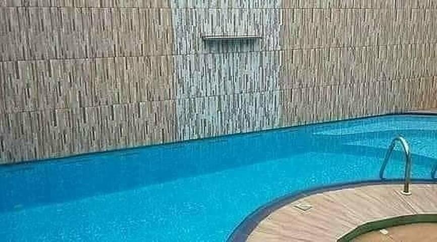 Aluga-se quitinete mobiliada com acesso à piscina
