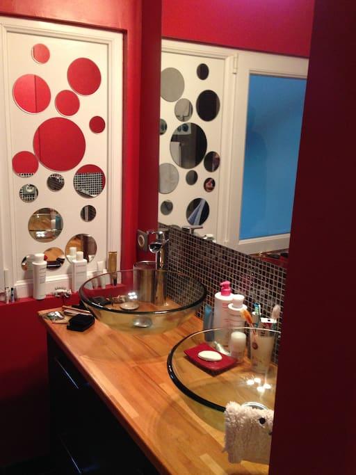 La salle de bain, double vasque, baignoire avec douche, toilette indépendant