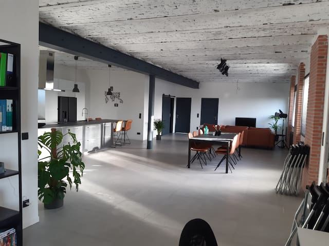 Bright room in modern Loft + free gym and sauna