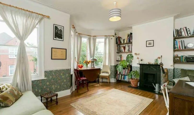 Spacious 2 bedroom Victorian flat - Londra - Daire