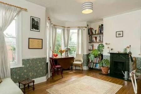 Spacious 2 bedroom Victorian flat