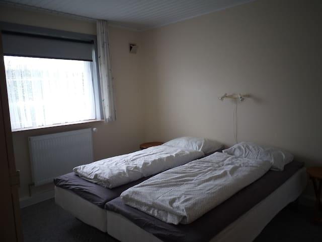 Soveværelse med 2 senge og adgang til badeværelse. Indrettet med mørklægnings gardin. Vindue vender mod nord.