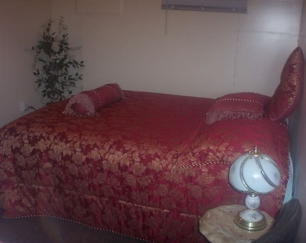Comfy Queen Bed Semi Private Room - American Fork - Apartment